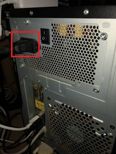 「〇」にしたら約1分ほど待って完全に放電し、次にパソコン本体から電源ケーブルを抜きます。