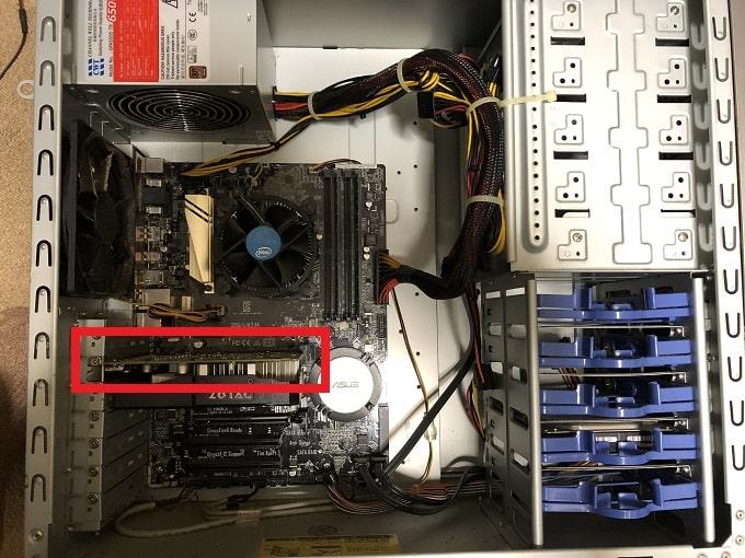 次にパソコンケースを開けます。ケースを開けたらグラフィックボードがどこにあるのか確認します。先ほどモニターとグラフィックボードで繋がれているケーブルを抜いたので、大体の位置はすぐに把握できるかと思います。